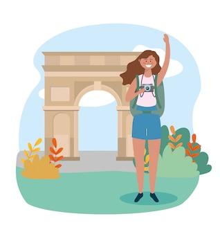 Mulher com mochila e câmera para arco destino triomphe