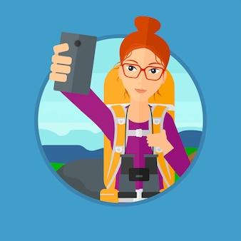 Mulher com mochila fazendo selfie.