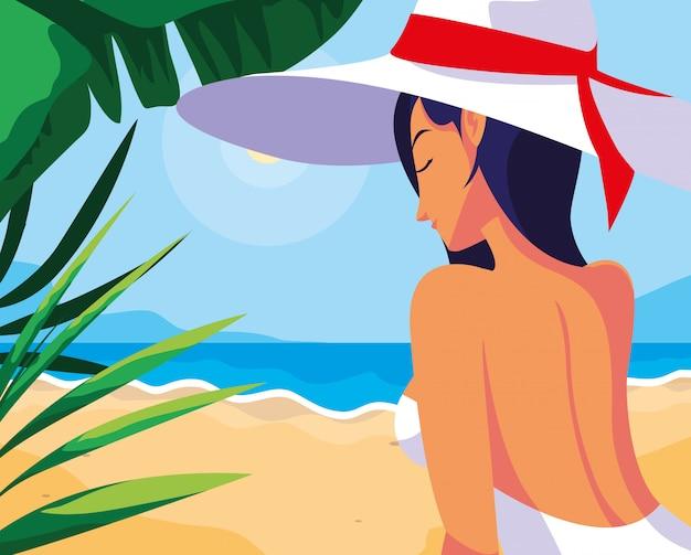 Mulher com roupa de banho na praia