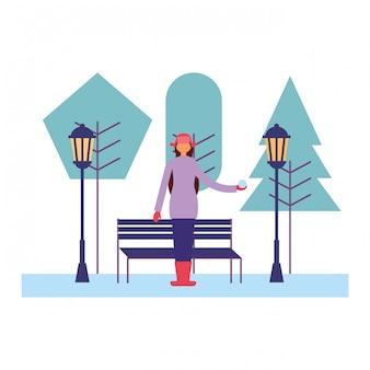 Mulher com roupas de inverno no parque