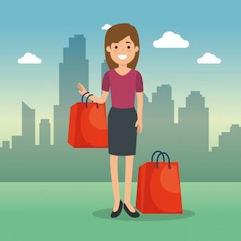 Mulher com sacos de compras no parque