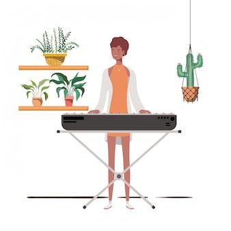 Mulher com teclado de piano e plantas de casa em cabides de macramé