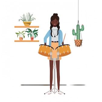 Mulher com tímpanos e plantas de casa em cabides de macramé