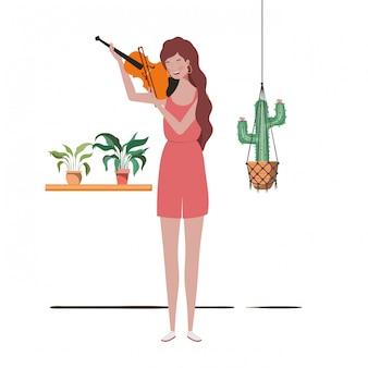 Mulher com violino e plantas de casa em cabides de macramé