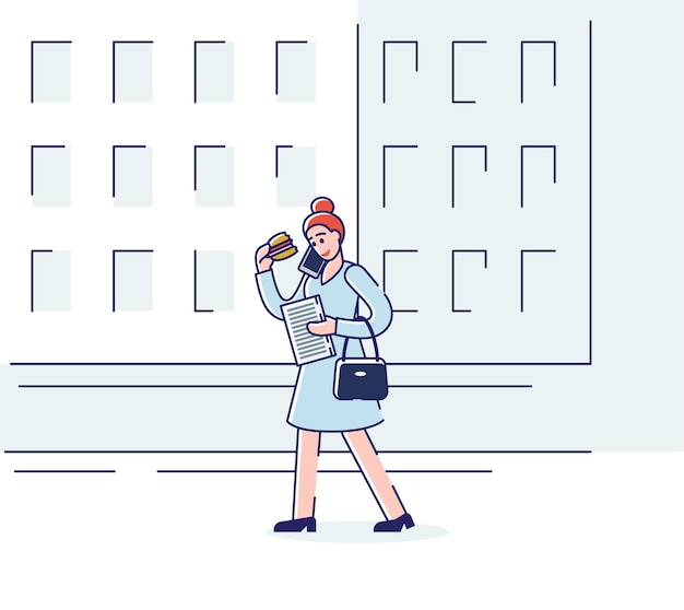 Mulher comendo sanduíche e falando no telefone enquanto caminhava pela rua de manhã.