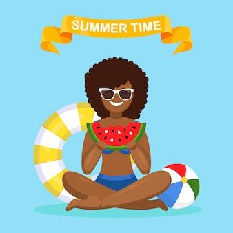 Mulher comendo uma fatia de melancia. horário de verão, conceito de festa na praia
