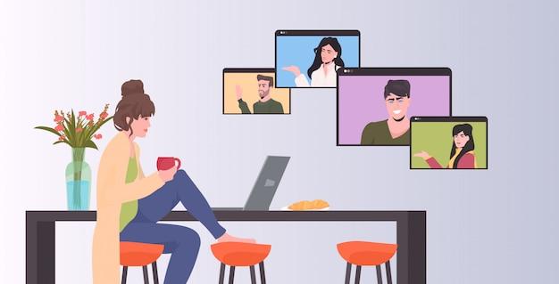 Mulher conversando com amigos durante pessoas de vídeo chamada tendo conferência on-line reunião comunicação conceito cozinha interior horizontal ilustração