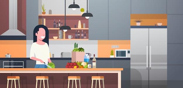 Mulher, cozinhar, salada, em, modernos, cozinha, sala