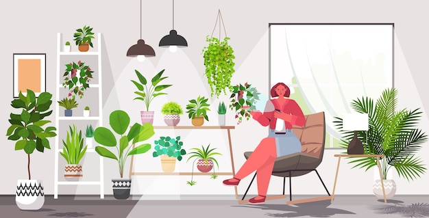 Mulher cuidando das plantas da casa, sala ou jardim interior horizontal