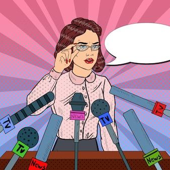 Mulher dando uma entrevista coletiva