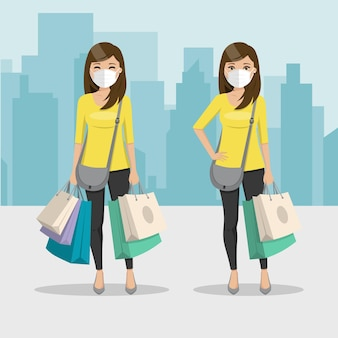Mulher de cabelo castanho e liso com sacolas de compras e máscara em duas posições diferentes