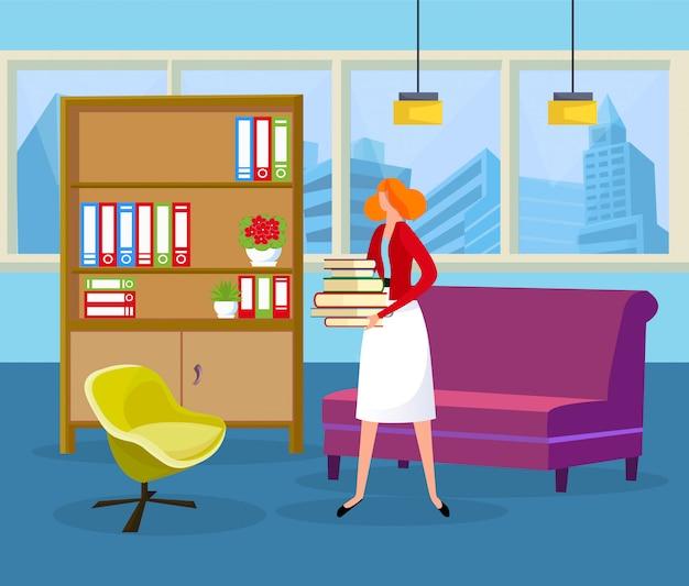 Mulher de cabelo ruivo segurando a pilha de livros nas mãos.