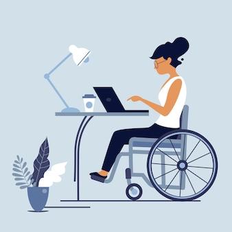 Mulher de cadeira de rodas com deficiência trabalhando no laptop. mulher com deficiência no local de trabalho. ilustração do conceito de adaptação social e emprego para pessoas com deficiência