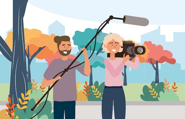 Mulher de câmera com filmadora e câmera homem com equipamento de microfone