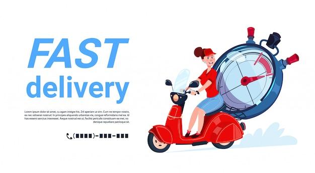 Mulher de courier de serviço de entrega rápida, montando a moto modelo banner