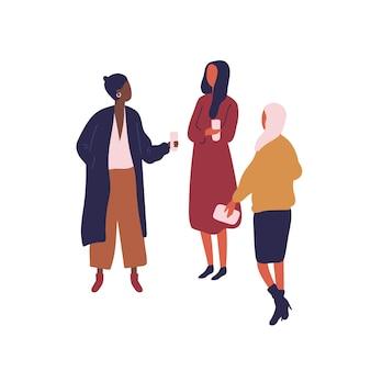 Mulher de diversos desenhos animados bebendo café e falando de ilustração plana em vetor. três amiga segurando o copo de bebida desfrutar de discutir isolado no branco. conversa amigável de garota colorida.