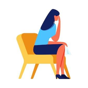 Mulher de grito que senta-se na cadeira no fundo branco.
