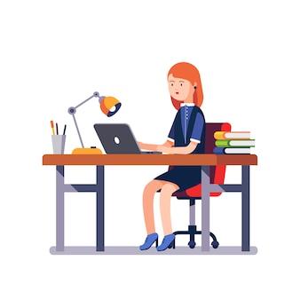 Mulher de negócio ou um funcionário que trabalha na mesa de escritório