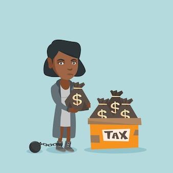 Mulher de negócios acorrentada com sacos cheios de impostos.