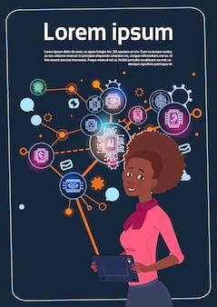 Mulher de negócios americano africano segurando o carrinho de apresentação sobre tela digital com gráficos e gráfico