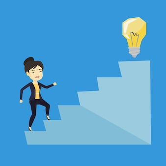 Mulher de negócios andando lá em cima para a lâmpada da ideia.