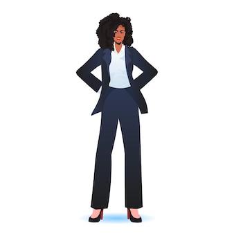 Mulher de negócios bem sucedida mulher de negócios com roupa formal em pé conceito de liderança