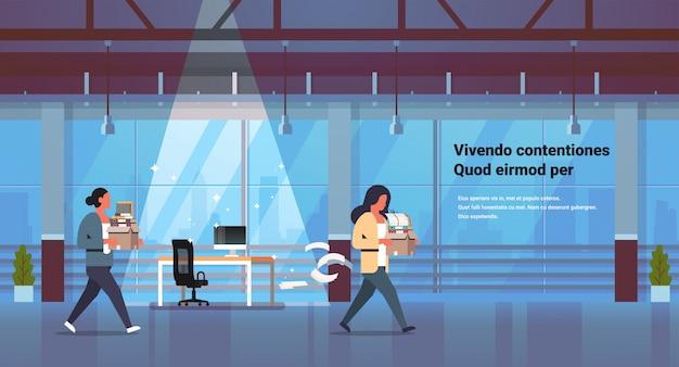 Mulher de negócios, carregando caixa com coisas novo local de trabalho demitido frustrado empresária ir embora dispensa e novo conceito de trabalho escritório cópia espaço interior