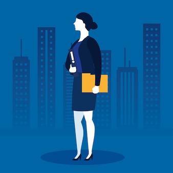 Mulher de negócios com arquivo na frente de edifícios da cidade