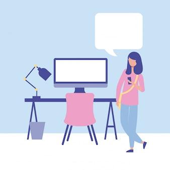 Mulher de negócios com bolha do computador e discurso