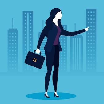 Mulher de negócios com mala em frente aos edifícios da cidade