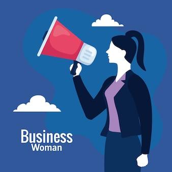 Mulher de negócios com megafone e nuvens no azul