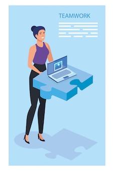 Mulher de negócios com peça de quebra-cabeça e laptop