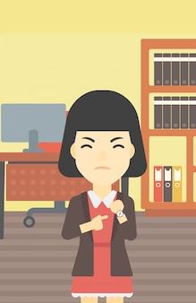 Mulher de negócios com raiva apontando para o relógio de pulso.