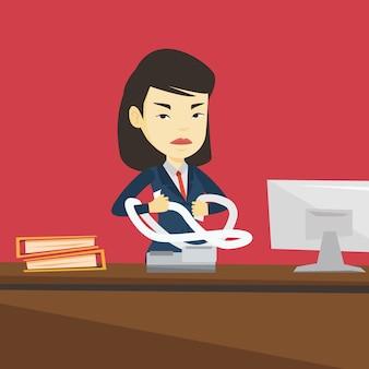 Mulher de negócios com raiva rasgando as contas ou faturas.