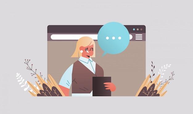 Mulher de negócios conversando durante a videochamada mulher de negócios com discurso de bolha do bate-papo