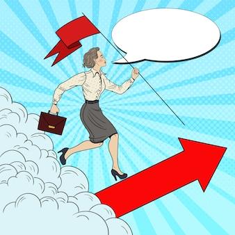 Mulher de negócios de sucesso de arte pop com bandeira correndo até o topo.