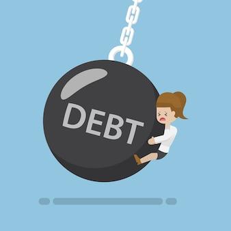 Mulher de negócios é atingida por uma bola de demolição de dívidas com o conceito de dívida
