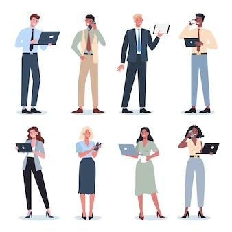 Mulher de negócios e homem com conjunto de dispositivos. coleção de personagens femininos e masculinos em terno segurando smartphone, tablet ou laptop. internet e rede no dispositivo. ilustração em vetor plana isolada