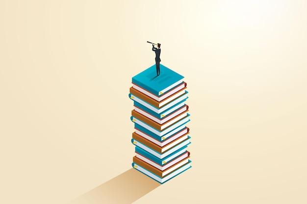 Mulher de negócios em pé sobre um livro para descobrir a futura educação para o sucesso e a carreira
