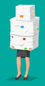 Mulher de negócios estressada detém pilha de documentos de escritório. mulher de negócios sobrecarregada com pilhas de papéis. estresse no trabalho. burocracia, papelada, big data. ilustração vetorial em estilo simples