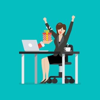 Mulher de negócios feliz recebendo caixa de presente do seu laptop. ilustração vetorial