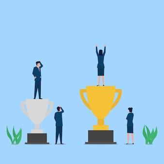 Mulher de negócios fica acima da metáfora do troféu de ouro da questão de sucesso e gênero.