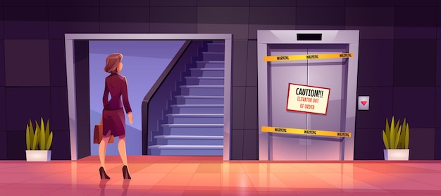 Mulher de negócios fica perto de escada e elevador quebrado