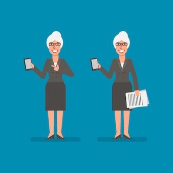 Mulher de negócios idosa segurando um celular com documentação e pessoas de negócios sorridentes