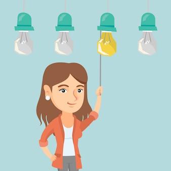 Mulher de negócios ligar lâmpada de ideia de suspensão.