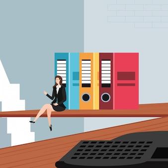 Mulher de negócios mini com livros no local de trabalho