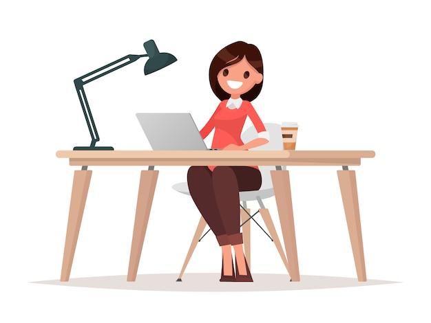 Mulher de negócios no balcão está trabalhando no computador laptop.