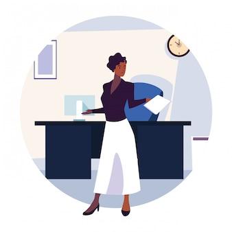 Mulher de negócios no escritório de trabalho em branco