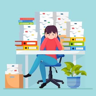 Mulher de negócios ocupada com pilha de documentos na caixa