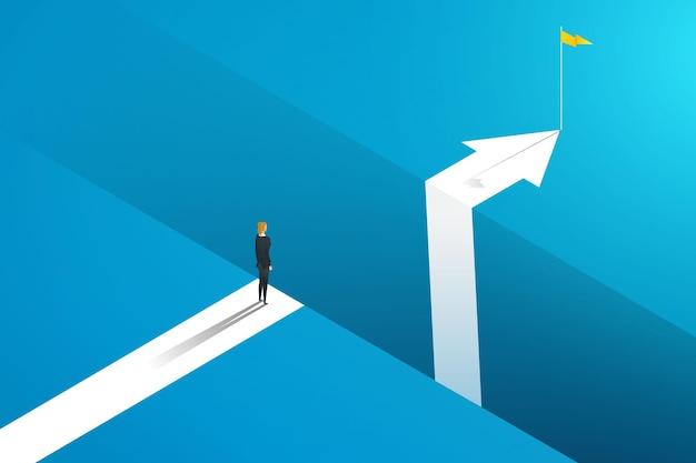 Mulher de negócios parada na borda da lacuna com setas para alcançar a meta de desafio de negócios